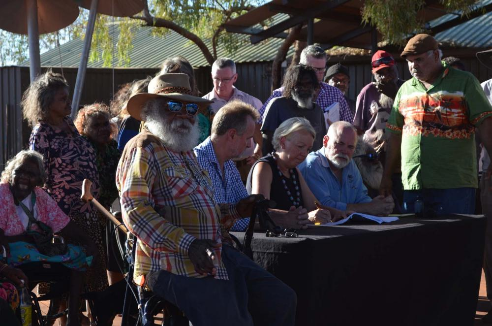 Signing the Mutitjulu township lease.